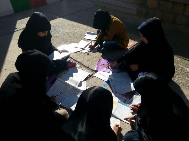 ارزیابی آزمون در حیاط مدرسه توسط دانش آموزان پایه نهم